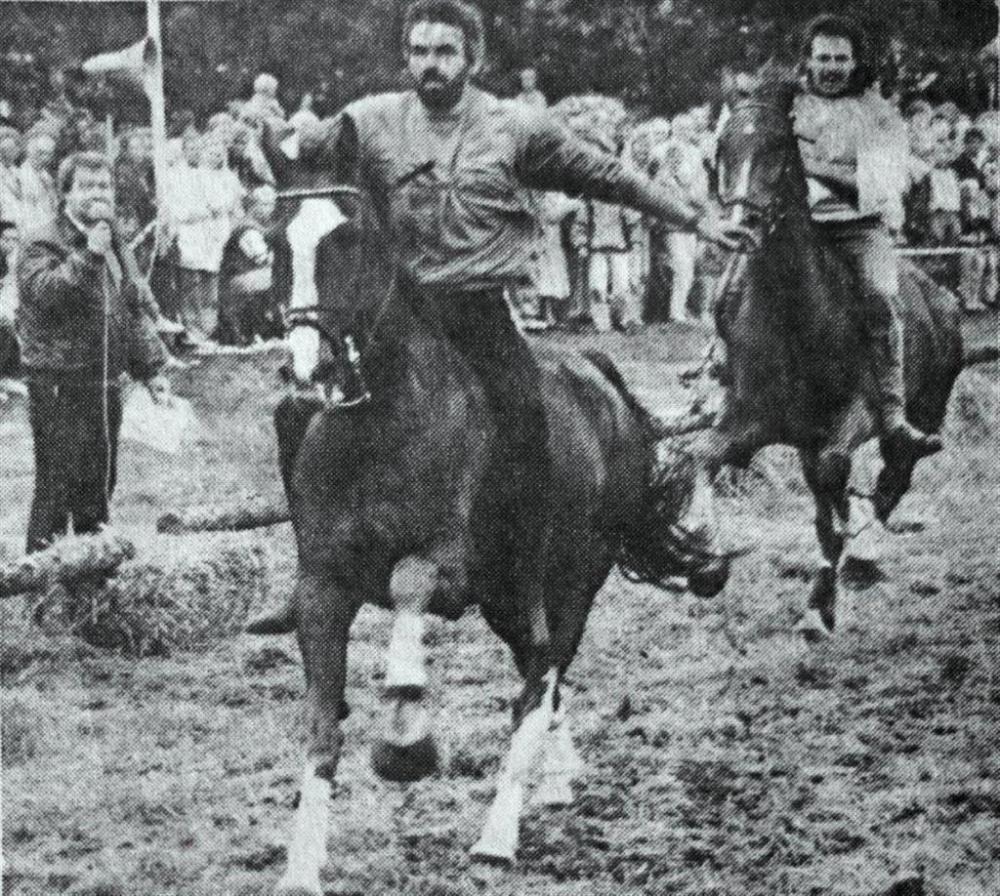 Paardenrennen-zwart (Large)